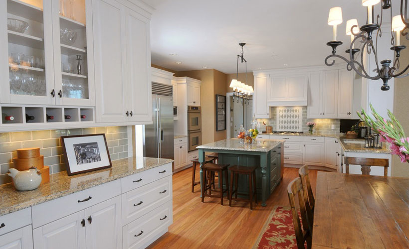 Solid Wood White Classic Kitchen Cabinet Design For Bungalow