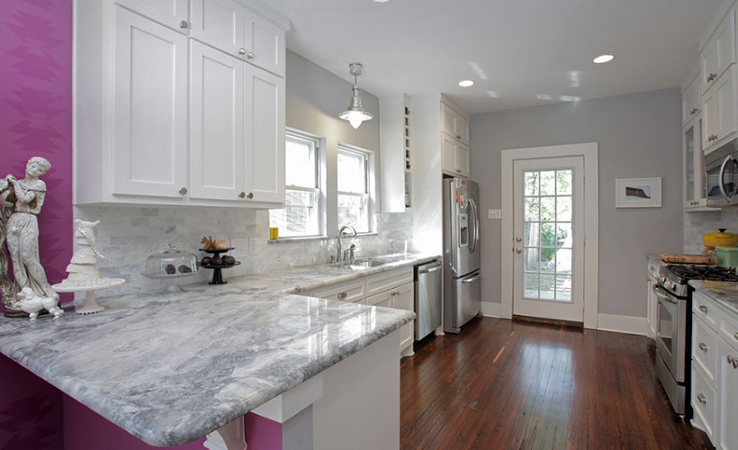 White Classic Kitchen Cabinet With Granite Countertop